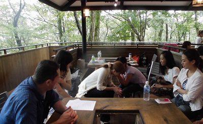 Le barbecue des grenouilles (sous la pluie)  -  カエルの(雨の下の)BBQ –